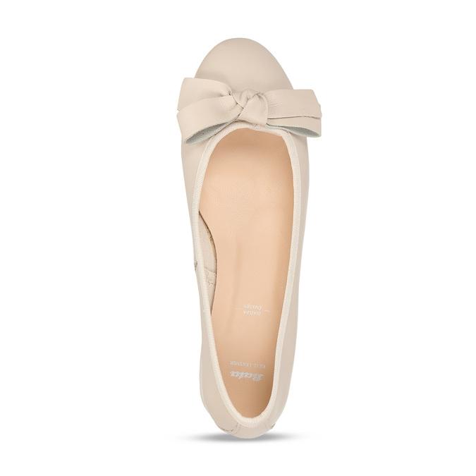 Béžové dámské kožené lodičky na nízkém podpatku bata, béžová, 524-8627 - 17